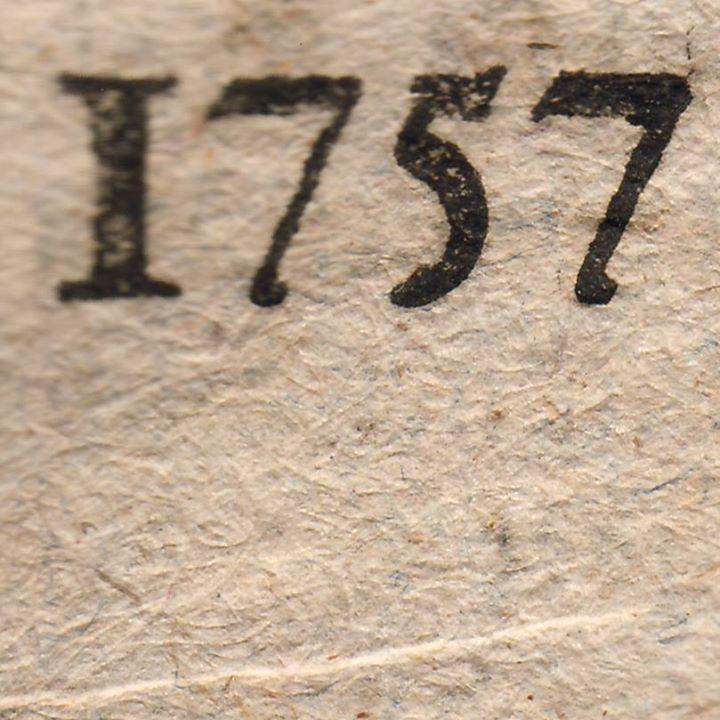 Zeitungspapier ist heute weitgehend glatt, weiß und langweilig. Digitale Leser greifen auf Glas, Plastik oder Aluminium. Dagegen erleben wir die Zeitung von 1757 als ein Feuerwerk haptischer und visueller Eindrücke. Das Papier ist rau und grob strukturiert. Damals bestand es aus Lumpen, im abgebildeten Exemplar erkennt man deutlich Fäden unterschiedlicher Farben. Das Papier wurde handgeschöpft und für die Verwendung als Zeitungspapier nicht beschnitten, sondern so verwendet, wie es vom Schöpfsieb abgenommen wurde.