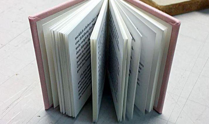 "Das Handmuster unseres Miniaturbuches ""Ein Buch ist erst ein Buch, wenn es ein Buch geworden ist"" is..."