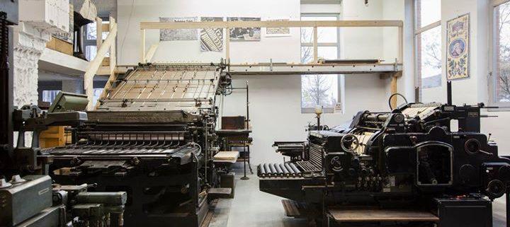 """Drucksaal in der Lettertypen-Druckerei, intern auch """"Grosses Kino"""" genannt. Links die Johannisberger..."""