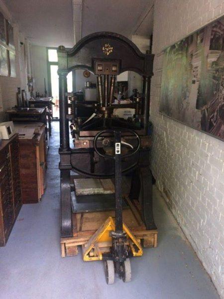 Heavy mobile printing ... unsere Krause Kniehebelpresse ist gestern auf die Reise zur State of Desig...