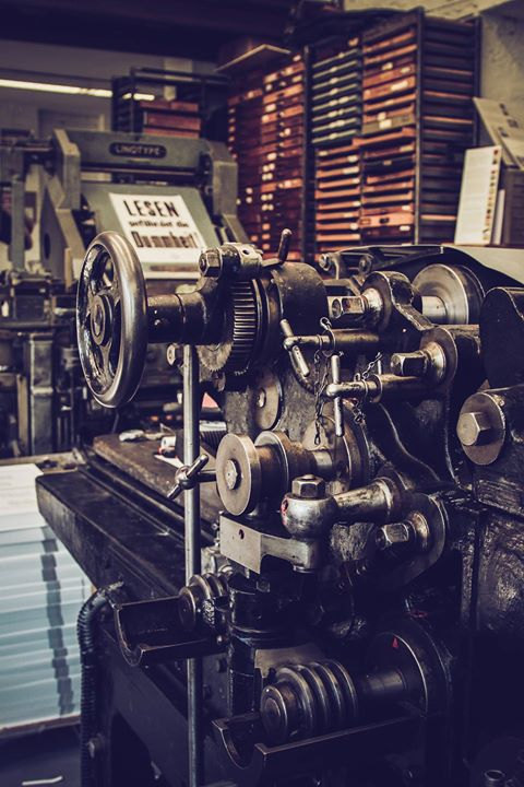 Ein Blick in unsere Offizin. Vorne die Johannisberger Schnellpresse von 1924, dahinter die Linotype,...