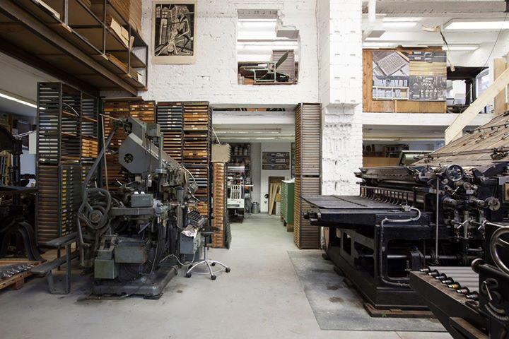 Ein Blick in die Offizin der Lettertypen. Links unsere Linotype Zeilengußmaschine von 1970, links da...