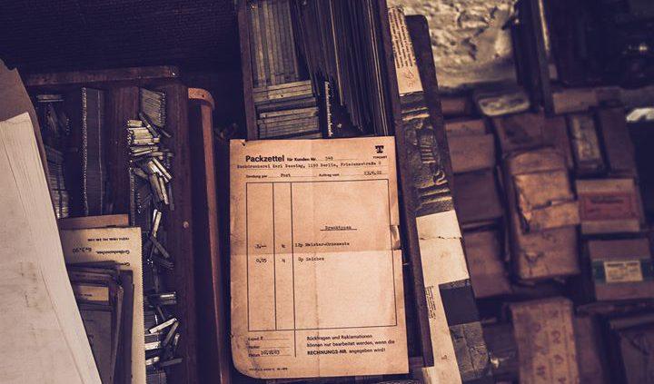 """Packzettel über """"3 kg 12p-Meister-Ornamente und 0,05 kg 8p-Zeichen"""" des VEB Typoart Dresden von 1983..."""