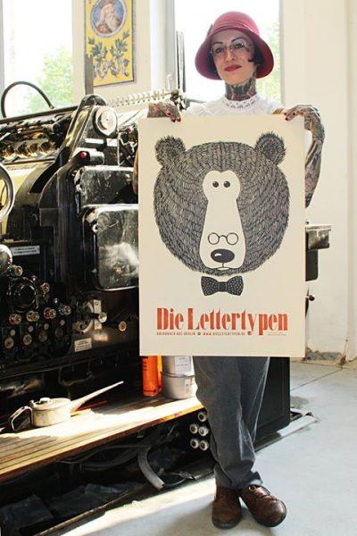 """Sarah Settgast hat uns besucht, um ihr persönliches Bären-Poster  #4 """"Der Professor"""" abzuholen. Als ..."""