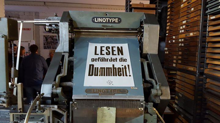 """Unsere Linotype mit unserem Lieblingszitat: """"Lesen gefährdet die Dummheit"""". Leider wissen wir nicht ..."""