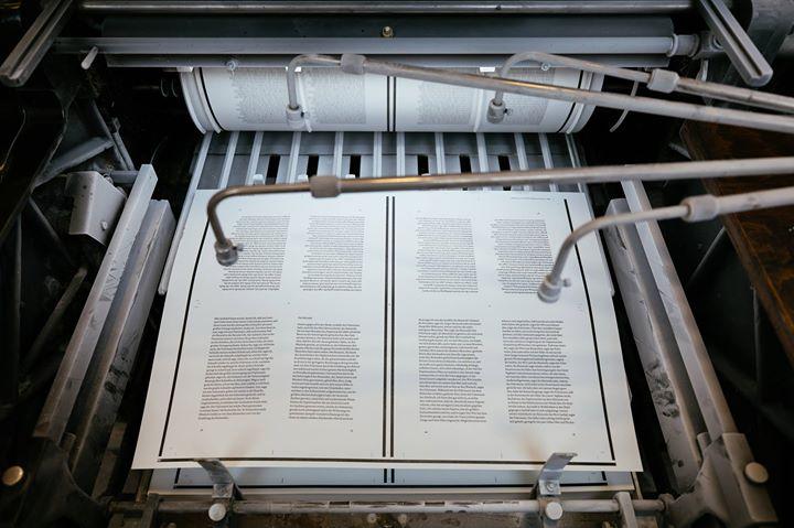 Wir drucken gerade eine Reihe von Hardcovern im Letterpress. Hier fällt ein Druckbogen in die Auslag...