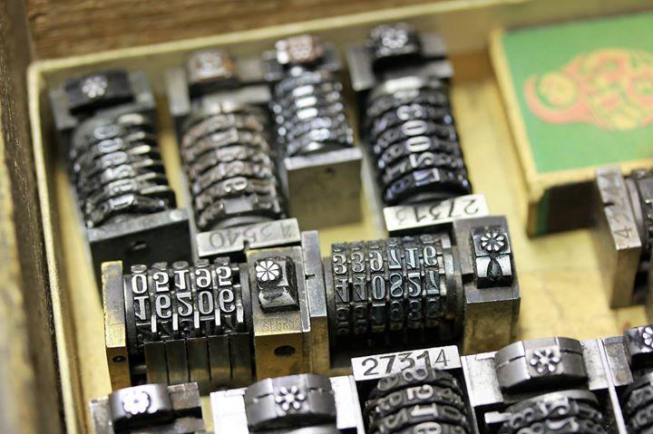 Zum Nummerieren von Drucken braucht man nicht unbedingt Hightech. Das machen unsere Maschinen ganz a...