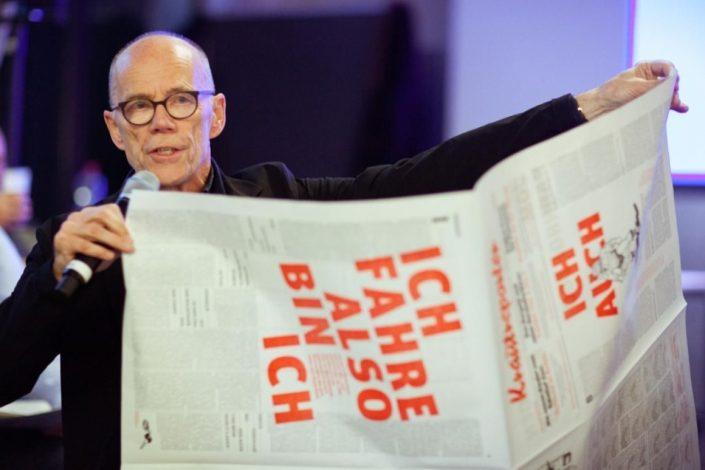 Typograph und Krautreporter-Mitglied Erik Spiekermann präsentiert die Krautreporter-Zeitung im Riesenformat, zweifarbig gedruckt auf der Johannisberger Schnellpresse von den Lettertypen. Foto: Krautreporter