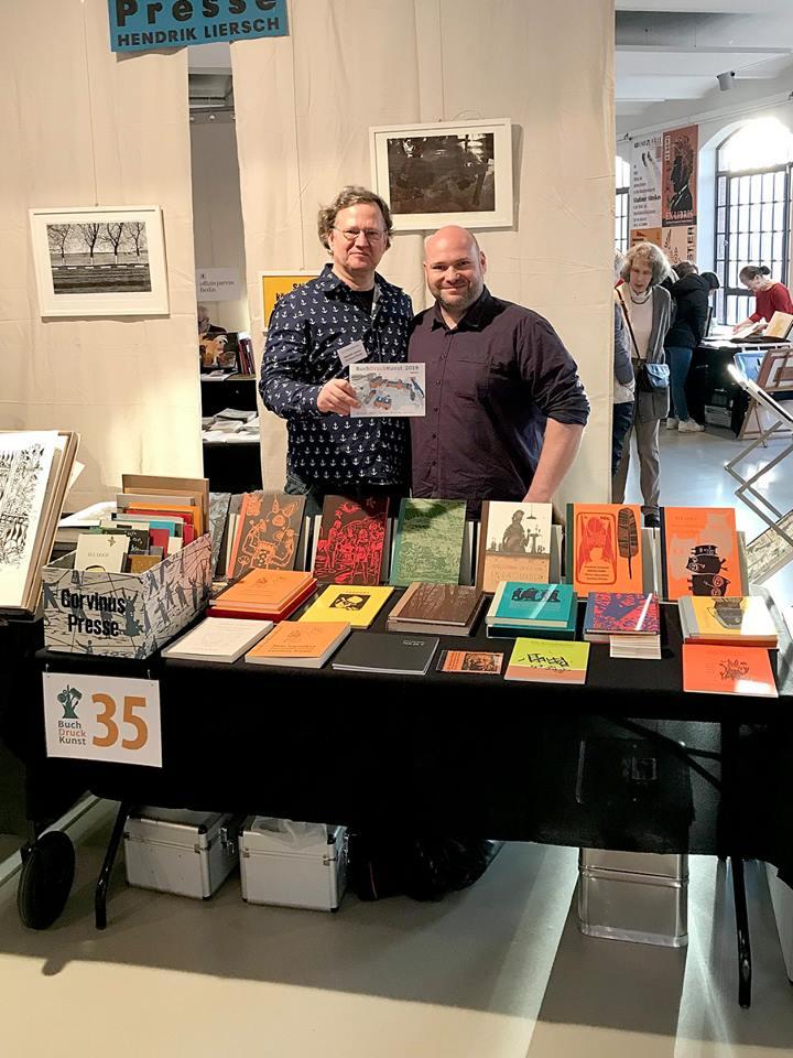 Hendrick Liersch mit seiner Corvinus Presse und Daniel – da müssen zwei Berliner erst nach Hamburg fahren, um sich zu sehen. BuchDruckKunst 2019 Buchdruck Letterpress