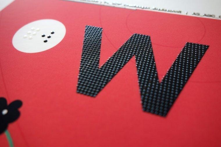 Prototyp eines Buches für blinde und sehende Kinder. Es kombiniert visuelle mit taktilen Elementen.